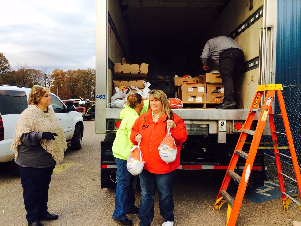 USW Locals 9923 and 978 Give to Needy Families in Counce, TN